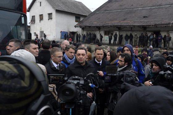 Beograd, 17. januara 2017 - Ministar unutrasnjih poslova Nebojsa Stefanovic, gradonacelnik Beograda Sinisa Mali i ministar rada, zaposljavanje, boracka i socijalna pitanja Aleksandar Vulin tokom prebacivanja migranata u prihvatne centre.  Oko 250 migranata prihvatilo je poziv vlade Srbije da se premeste iz baraka na autobuskoj stanici i autobusima koje je obezbedila vlada prebaceni su danas u Prihvatni centar u Obrenovcu. FOTO TANJUG / TANJA VALIC / bb