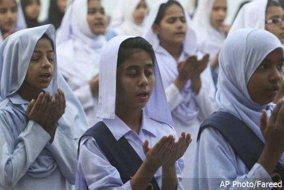 molitva-za-poginnule-u-sufii-hramu-pakistan--ap-photo