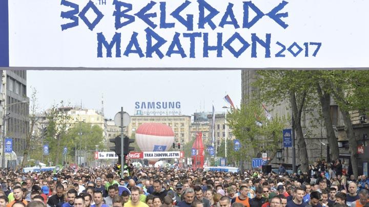 Beograd, 22. aprila 2017.-  Start maratona. U Beogradu se danas odrzava 30. jubilarni maraton. Legende svetske atletike Rosa Mota, Galina Cistjakova, Bob Bimon, Lase Viren, Majk Pauel, Kevin Jang i Havijer Sotomajer su, najavljujuci maraton, porucili da je glavni grad Srbije atletski centar sveta.Gradonacelnik Beograda Sinisa Mali (2D) rekao je da je zahvaljujuci legendama atletike koje su dosle Beograd atletski centra sveta. FOTO TANJUG/RADE PRELIC/ nr