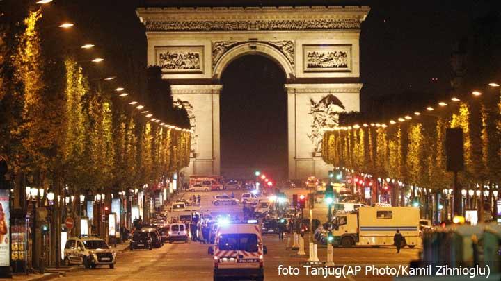 pariz-trijumfalna-kapija-policija