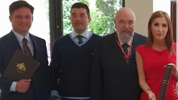 _Dr-Vincenco-Kostidjolji-sa-dobitnicima-priznanja.