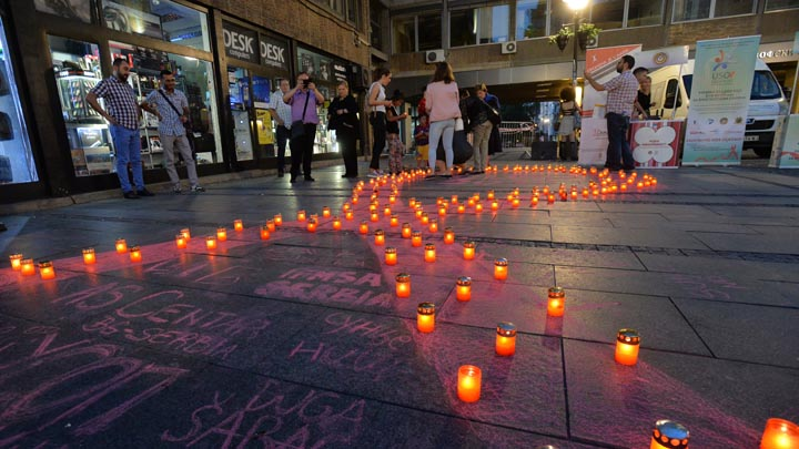 Beograd, 20. maja 2018 - Zapaljene svece na javnom obelezavanju Medjunarodnog Dana secanja na preminule od AIDS-a na akademskom platou u Beogradu. FOTO TANJUG / ZORAN ZESTIC / bb