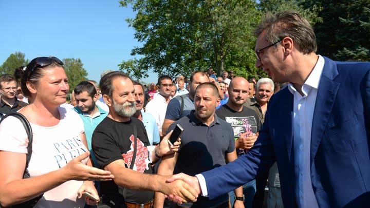 Sid, 9. avgusta 2018.-  Predsednik Srbije Aleksandar Vucic (D) pozdravlja se sa okupljenim gradjanima. Predsednik Srbije Aleksandar Vucic obisao je danas fabriku za preradu mesa Srem Sid, kao primer uspesne privatizacije iz stecaja i firme kojoj su zahvaljujuci novom Sporazumu o slobodnoj trgovini s Turskom, otvorena vrata za tamosnje trziste. FOTO TANJUG/ TANJA VALIC/ nr