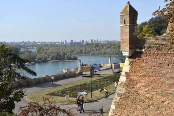Beograd, 27. okrobra 2018.- ARHIVSKA FOTGRAFIJA OD 16. oktobra 2018 - U Beogradu je danas u 14:00 casova izmerena temperatura od 26,2 stepeni Celzijusovih, cime je oboren beogradski dnevni temperaturni rekord za 27. oktobar, saopsteno je iz Republickog hidrometeorolosskog zavoda Srbije (RHMZ). Oboren je, naime, rekord iz 2006. godine, kada je izmereno 26 stepeni Celzijusovih. FOTO TANJUG / RADE PRELIC / nr