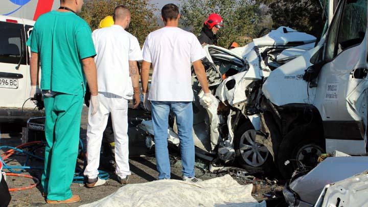 """Jagodina 9. oktobra 2018. - Sest osoba je jutros izgubilo zivot, a 27 povredjeno, u lancanim sudarima na autoputu Beograd-Nis, kod Jagodine, saopstio je MUP. Kako se navodi u saopstenju, oko 7:20 sati doslo je do lancanih sudara, u oba smera, u kojima je ucestvovalo vise vozila i, """"prema dosadasnjim informacijama, zivot su izgubile tri osobe"""". FOTO TANJUG/ DUSAN ANICIC/ bg"""