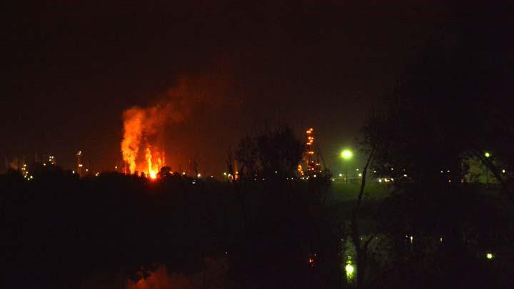 Slavonski Brod, 10. oktobra 2018.-  U eksploziji u Rafineriji u Bosanskom Brodu do koje je doslo u utorak uvece, osmoro ljudi je povredjeno, a vatrogasci su lokalizovali pozar. Do eksplozije je doslo oko 21.30 casova u Rafineriji u Brodu, potvrdio je za RTRS naccelnik opstine Ilija Jovicic. Direktor Doma zdravlja u Brodu, Zoran Predojevic, izjavio je da je primljeno osmoro povredjenih, koji bi trebalo da lecenja nastave u dobojskoj bolnici. FOTO TANJUG/ FOTO HINA/ nr