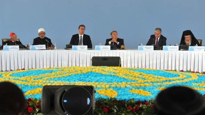 Astana, 10. oktobra 2018.- Predsednik Srbije Aleksandar Vucic rekao je danas da su mir i bezbednost najvaznije zajednicke vrednosti svih naroda u svetu i da poruke mira treba da budu osnova medjunarodnog poretka. On je, na Cetvrtom kongresu lidera sveta i tradcionalnih religija u Astani, ukazao da je Balkan, region u kojem se nalazi Srbija, raskrsce na kojem se susrecu mnoge vere. Katolicki svestenik Francesko Kokopalmerio, vrhovni imam Arapske Republike Egipat seik Ahmed Al-Taieb, predsednik Republike Kazahstan Nursultan Nazarbajev, Predsednik Senata Kazahstana Kasim Jomart Tokajev i pravoslavni patrijarh jerusalimski Teofil III na kongresu. FOTO TANJUG/ DIMITRIJE GOLL/ bg