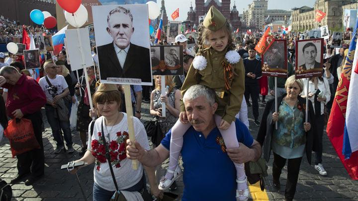 rusija-besmrtni-puk-tanjug-(AP-Photo-Pavel-Golovkin)