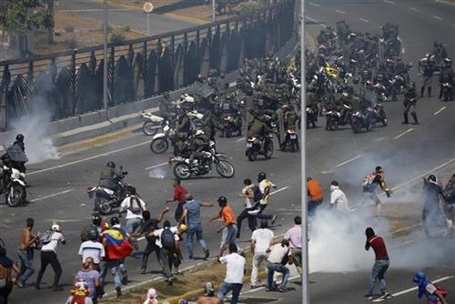 venecuela neredi Tanjug(AP PhotoFernando Llano)